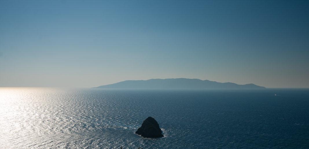 Utsikt fra Monte Argentario mot Isola del Giglio